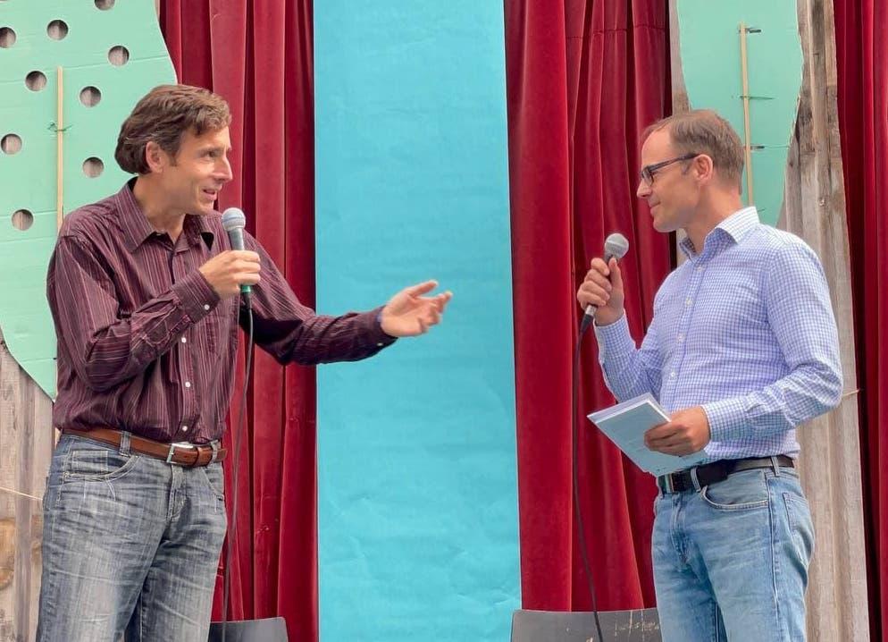 Wolfgang Oels in Gespräch mit Christian Welzbacher auf der Bühne im Monbijoutheater