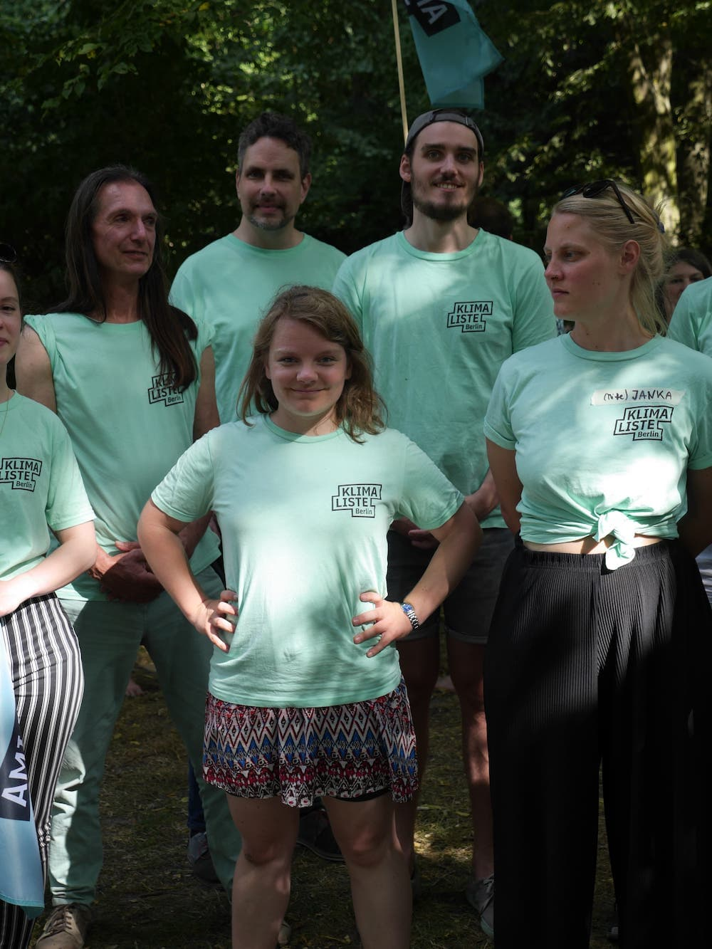 Marit in Klimalisten Shirt, selbstsicher mit Parteikolleginnen.