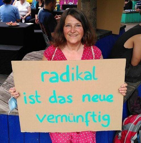 Foto Elvira Hanemann mit Plakat