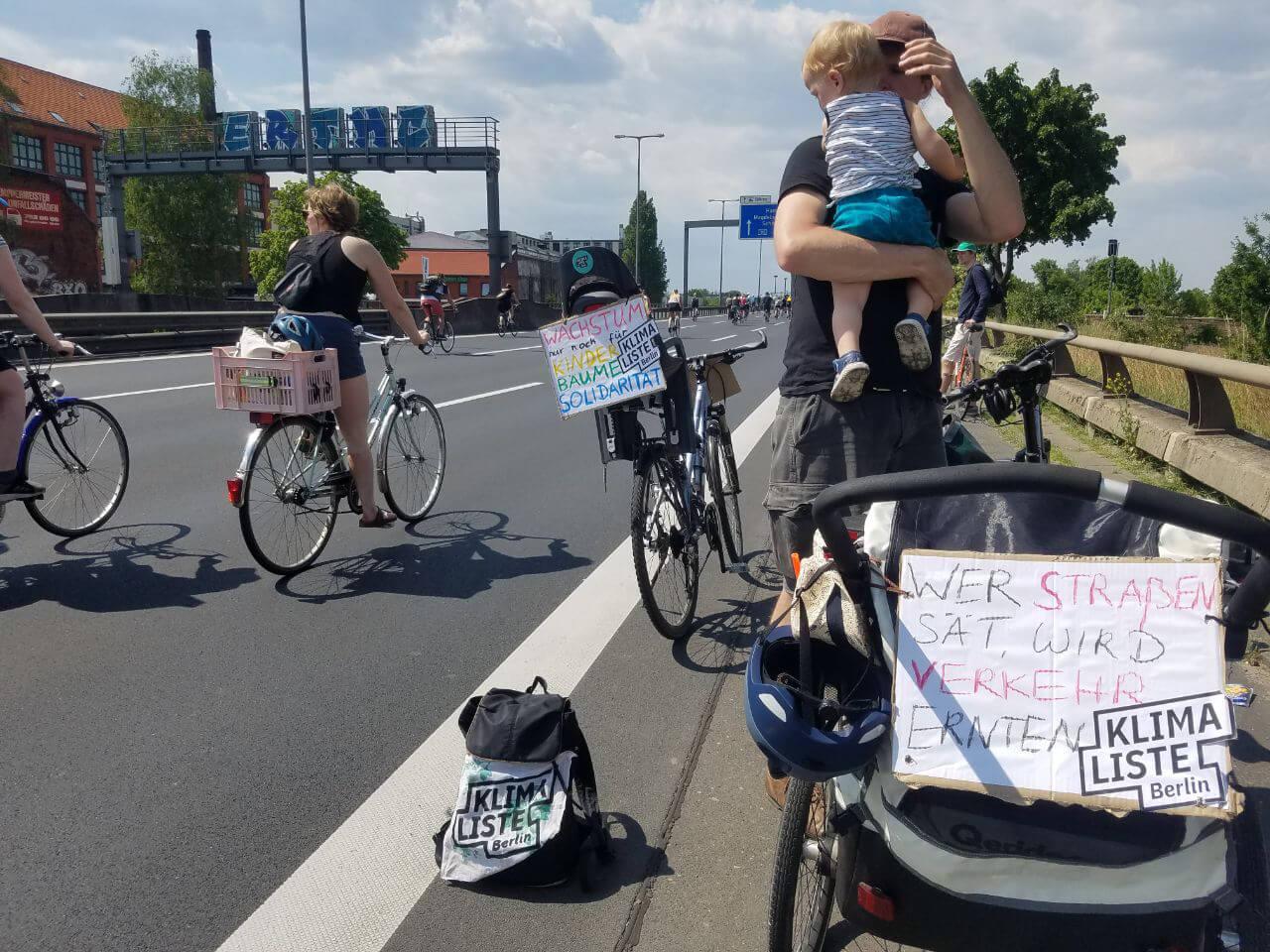 Fahrräder fahren auf der Autobahn